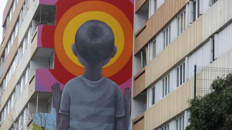 Enfant rêveur tourné vers un imaginaire touten couleur. Œuvrede l'artiste Seth au détour d'une rue duXIIIe arrondissement.