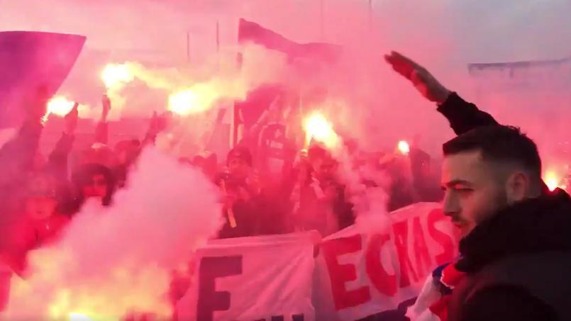 Les supporteurs du Paris SG ont mis de l'ambiance à l'aéroport du Bourget pour saluer les joueurs du PSG.
