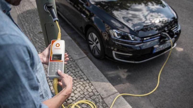 La solution développée par Ubitricity permet d'utiliser l'électricité alimentant les feux de circulation pour recharger des voitures électriques.