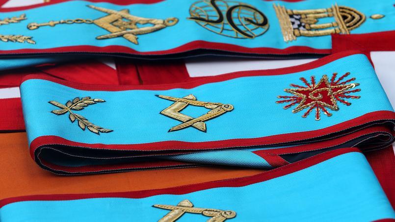 L'écharpe décorée des attributs maçonniques