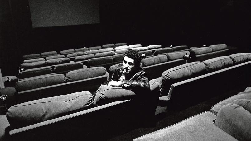 Claude Lelouch dans la salle de cinéma de sa maison de production en 1973 (Paris VIIIe).