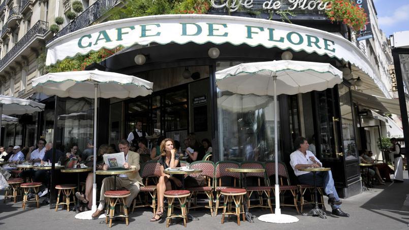 Le dimanche matin, Claude Lelouch savoure des œufs à la coque au Café de Flore (VIe).