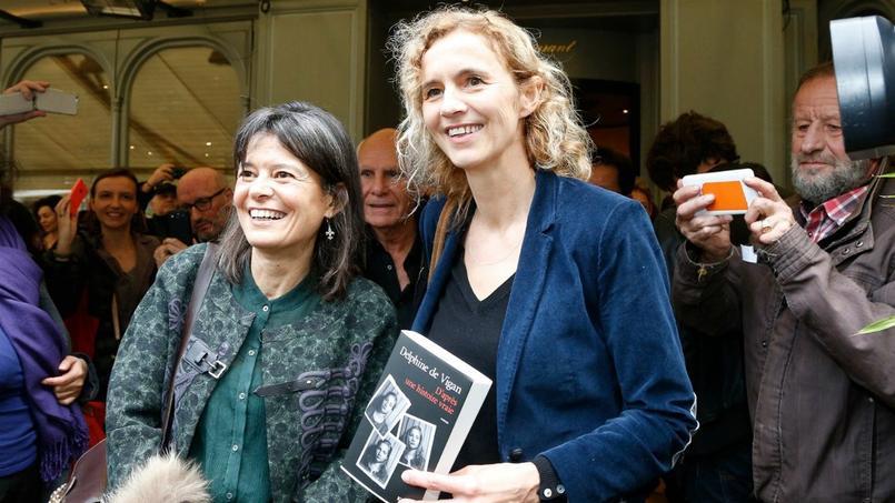L'éditrice Karina Hocine (à gauche) aux côtés de l'écrivain Delphine de Vigan.