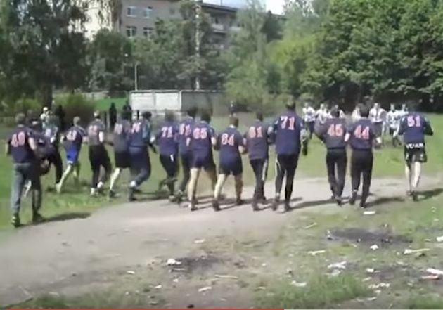 Des hooligans russes avant une bagarre organisée