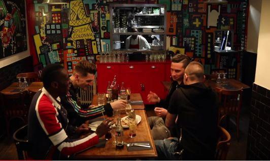 Matuidi, Meunier, Draxler et Verratti réunis autour d'une table dans une pizzeria.