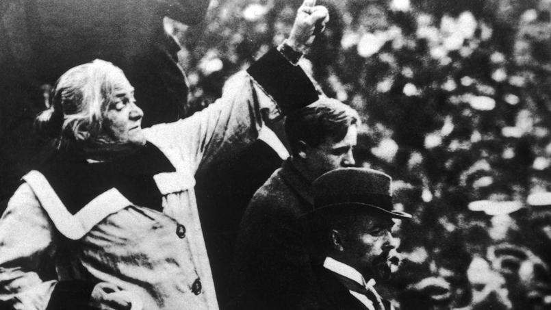Clara Zetkin s'adresse à la foule lors d'un rassemblement communiste en Allemagne en 1925.