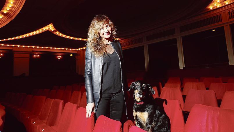 Julie Ferrier et sa chienne au Théâtre delaMadeleine(Paris VIIIe).