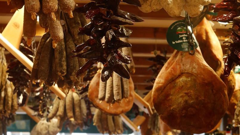 Dans ses boutiques, l'éleveur artisan-charcutier et grand spécialiste du porc basque PierreOteiza satisfait lesamateursparisiens desaveursbasques.