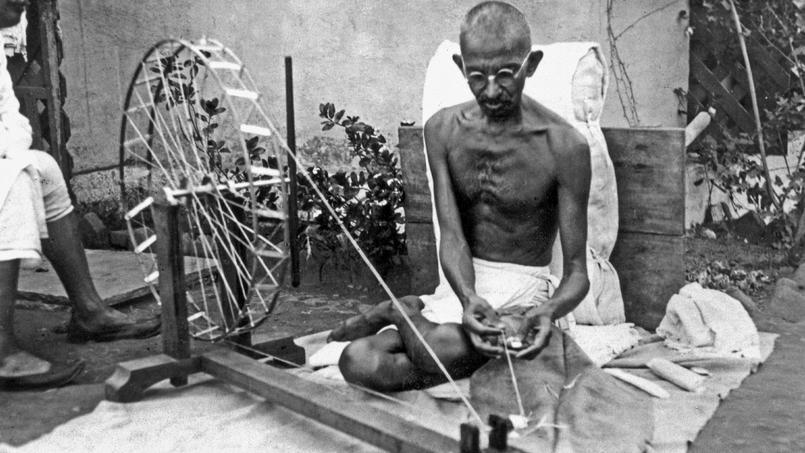 Le Mahatma Mohandas Karamchand Gandhi (1869-1948) homme politique et religieux indien, filant en 1925.