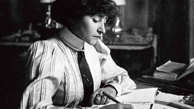 Colette à sa table de travail en juin 1922. Cette année-là paraît La Chambre éclairée, recueil de ses textes journalistiques publiés durant la Première Guerre mondiale.