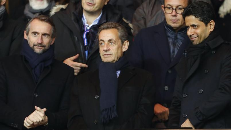 Nicolas Sarkozy entouré du directeur général délégué du PSG, Jean-Claude Blanc (à droite) et de Nasser al-Khelaïfi, président du club de la capitale.