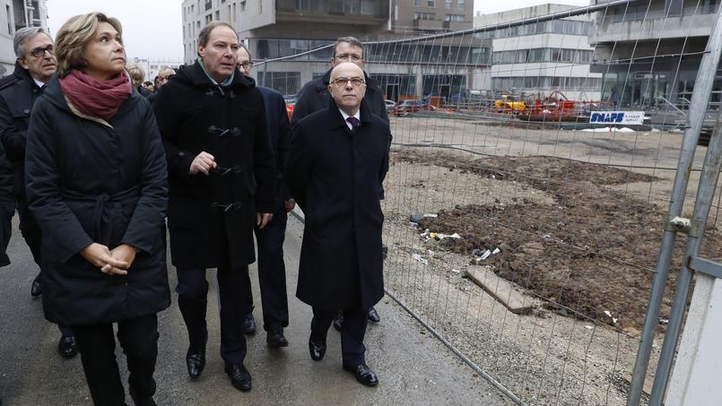 Valérie Pécresse et Bernard Cazeneuve inspectant un chantier public à Massy, le 7 février 2017.
