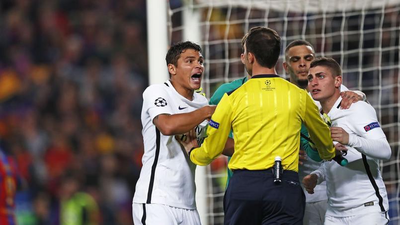 Thiago Silva et Marco Verratti avec l'arbitre de surface