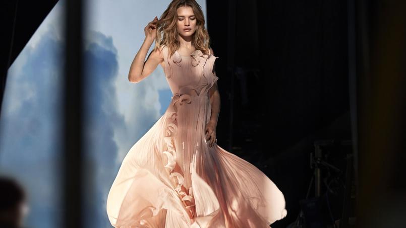 La robe est constituée de 30% de déchets marins et de 70% de bouteilles recyclées