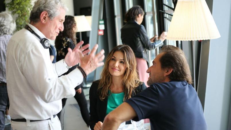 Claude Lelouch dirige Nadia Farès, Stéphane De Groodt sur le tournage de «Chacun sa vie». L'aphoriste Grégoire Lacroix a participé à l'écriture du scénario et a donné une interview au «Figaro».