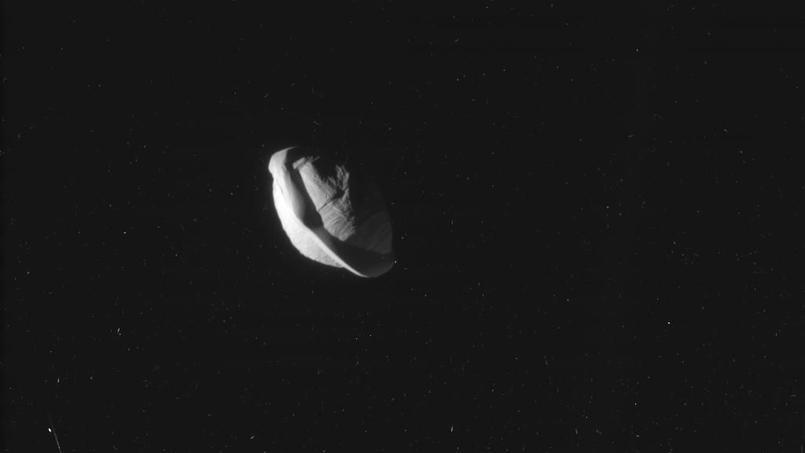 Pan, petite lune de Saturne, fait environ 35 km de diamètre.