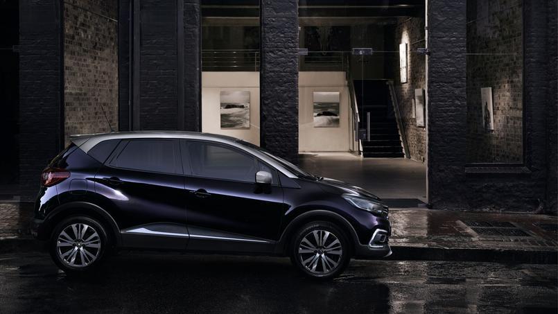 La version Initiale Paris se distingue par un coloris noir améthyste combiné avec un toit gris platine.