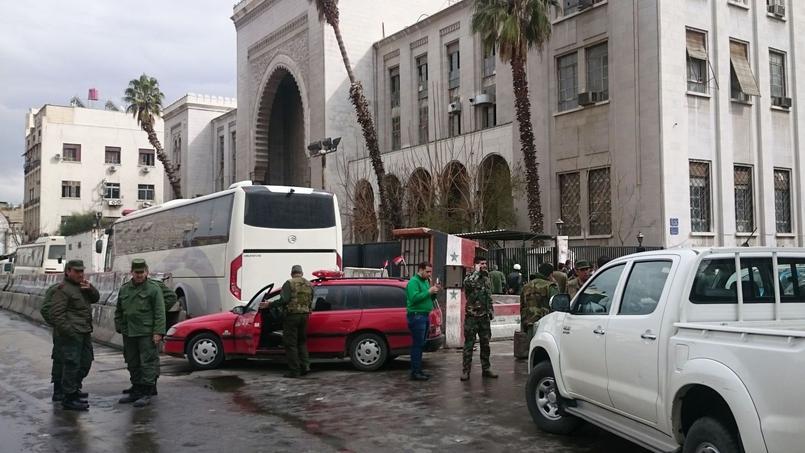 Les forces des sécurités autour du tribunal visé par un attentat suicide.