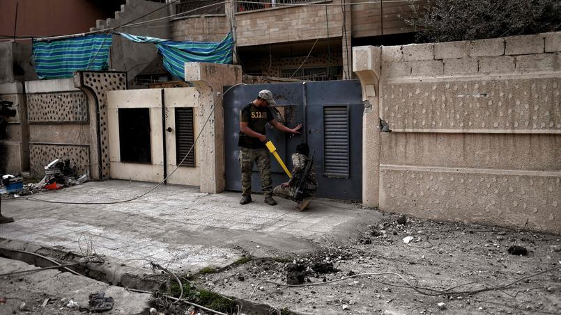 Un membre des forces irakiennes s'assure que cette maison de Mossoul-Ouest n'a pas été piégée par les troupes de l'État islamique.