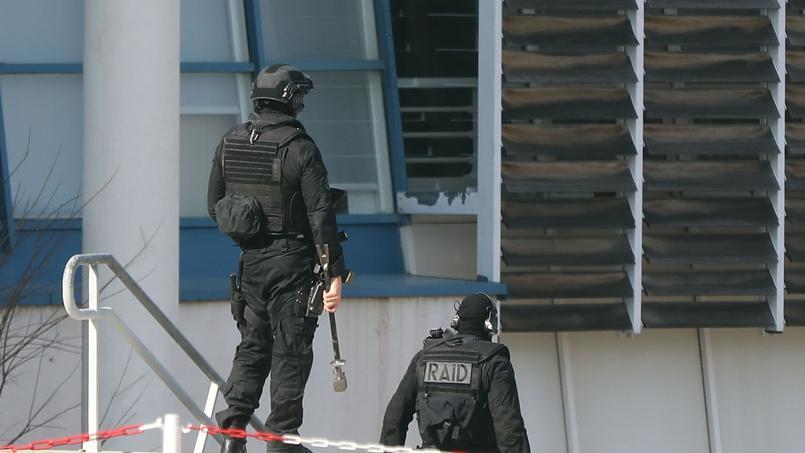 Deux hommes du Raid sécurisent le lycée Tocqueville, jeudi.
