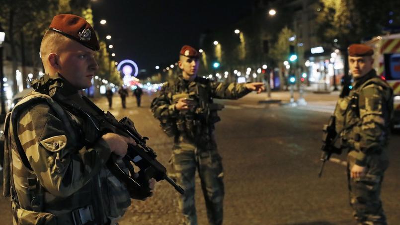Des militaires sur les Champs-Élysées, le 20 avril 2017.
