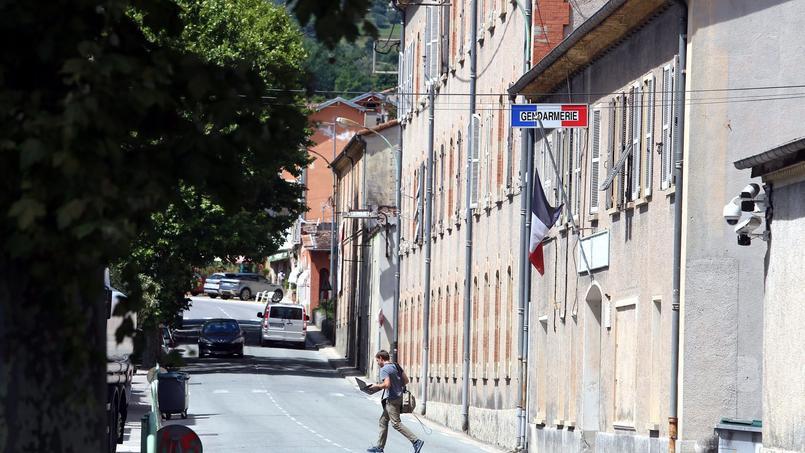 La mesure d'assignation est assortie d'une interdiction de communiquer avec ses anciennes relations et d'une obligation de pointer trois fois par jour dans la brigade de gendarmerie ou le commissariat le plus proche.
