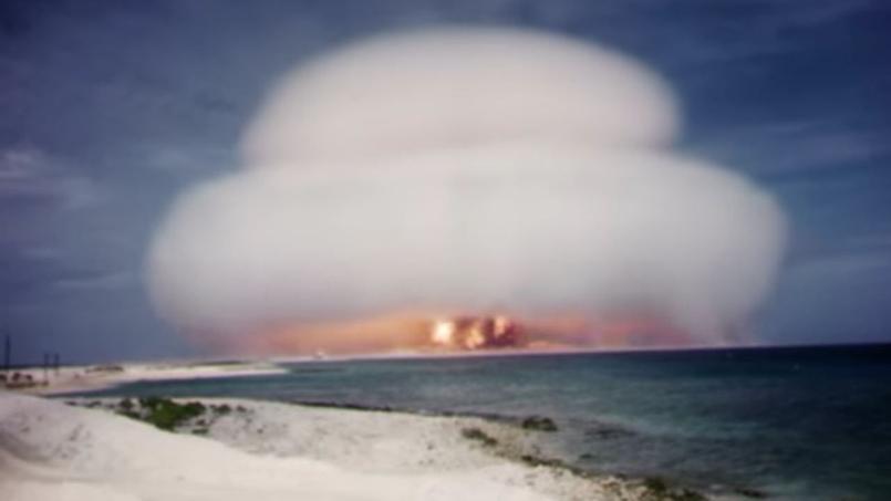L'essai nucléaire Nutmeg lors de la campagne Hardtack 1, le 21 mai 1958, d'une puissance équivalente à 25 kilotonnes de TNT, sur l'atoll de Bikini dans le Pacifique.