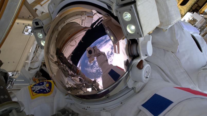 Selfie de Thomas Pesquet le 13 janvier 2017, lors de sa première sortie en scaphandre.