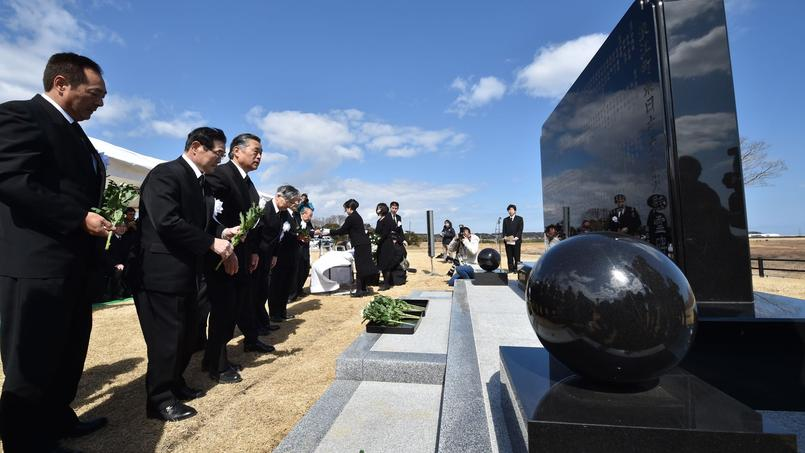 Le 11 mars à Namie, dans la préfecture de Fukushima, des Japonais se recueillent devant un mémorial.
