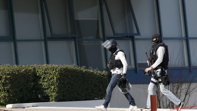 Des policiers dans l'enceinte du lycée Alexis-de-Tocqueville à Grasse hier, peu après la fusillade qui a fait 14 blessés.
