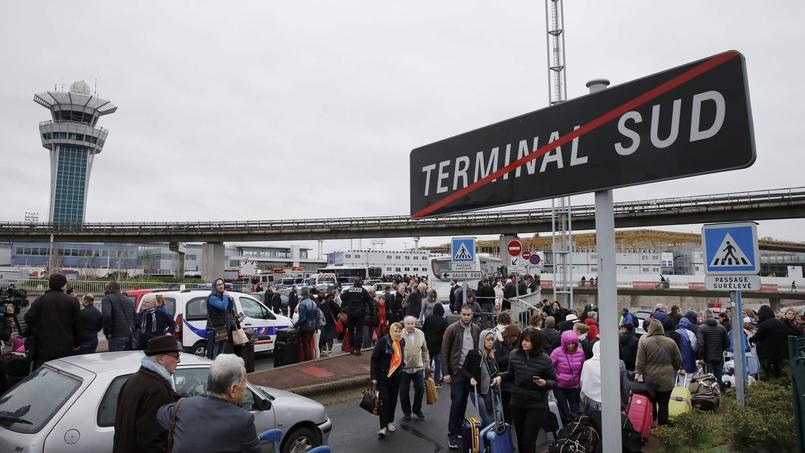 Cette situation a entraîné la confusion à Orly, où d'énormes embouteillages empêchaient samedi matin d'accéder aux terminaux.