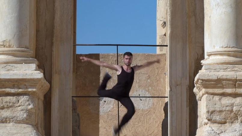 Ahmad Joudeh danse dans le théâtre antique de Palmyre.