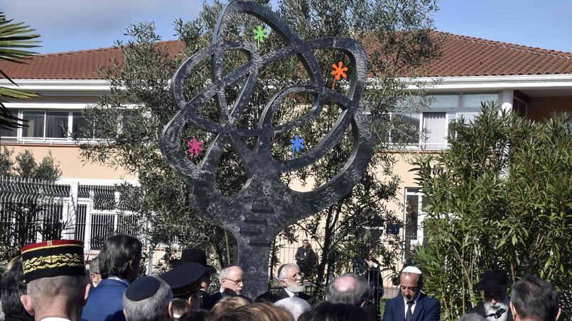 L'artiste Charles Stratos a dévoilé son «arbre de vie», sa statue en hommage aux victimes installée dans la cour de l'école.