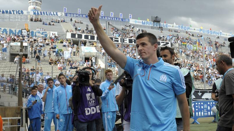 Joey Barton salue le public marseillais quelques jours après son arrivée durant l'été 2012.