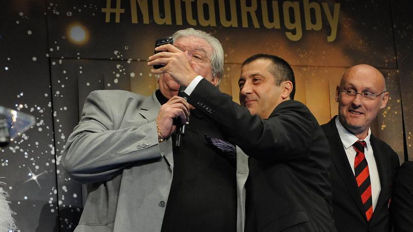 Mourad Boudjellal prenant un selfie avec Paul Goze sous l'oeil amusé de Bernard Laporte lors de la Nuit du Rugby 2014.