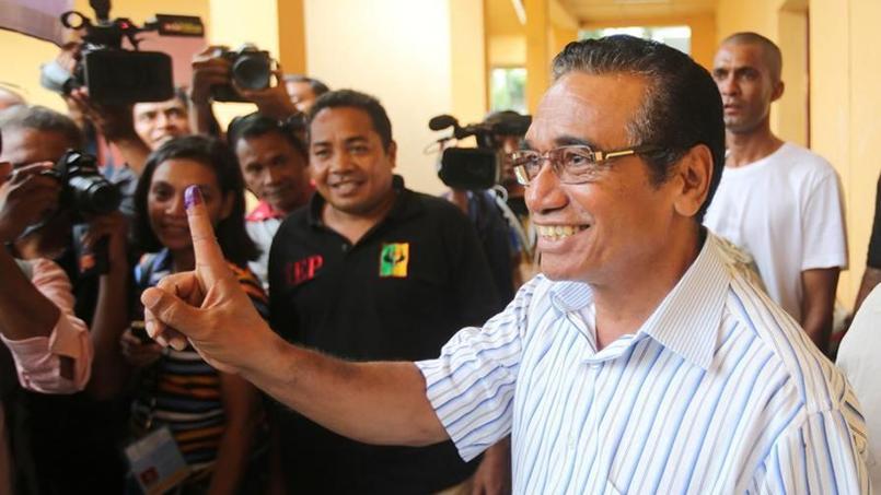 Le candidat à l'élection présidentielle du Timor oriental, Francisco Guterres, montre la marque témoignant de son vote aux journalistes.