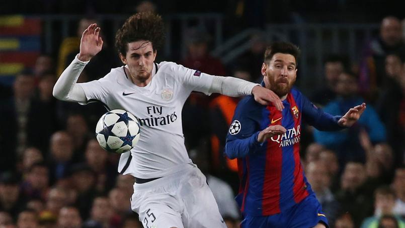 Adrien Rabiot tente de s'interposer devant Lionel Messi au Camp Nou.