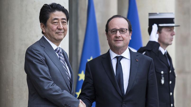 Le premier ministre japonais Shinzo Abe et le président de la République François Hollande, le 2 mai 2016.