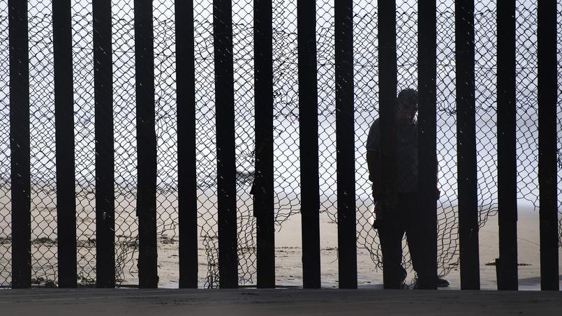 Un homme du côté mexicain de la frontière avec les États-Unis, au niveau de San Diego, en Californie.