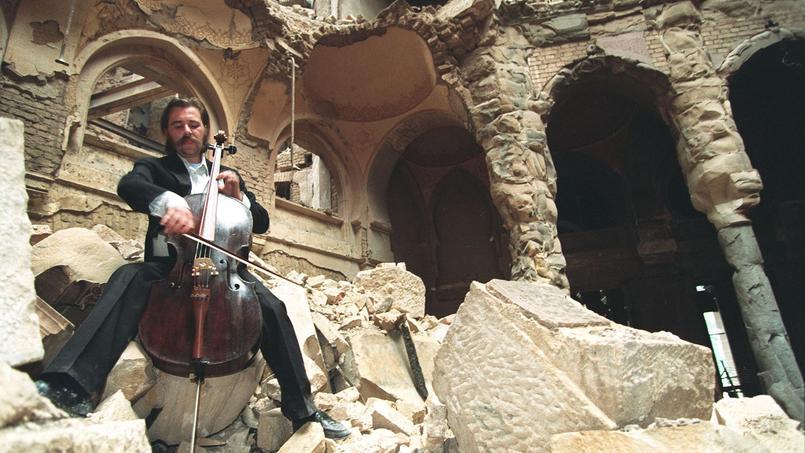 Le violoniste Vedran Smailovic sur les ruines de la bibliothèque nationale de Sarajevo, le 12 septembre 1992.