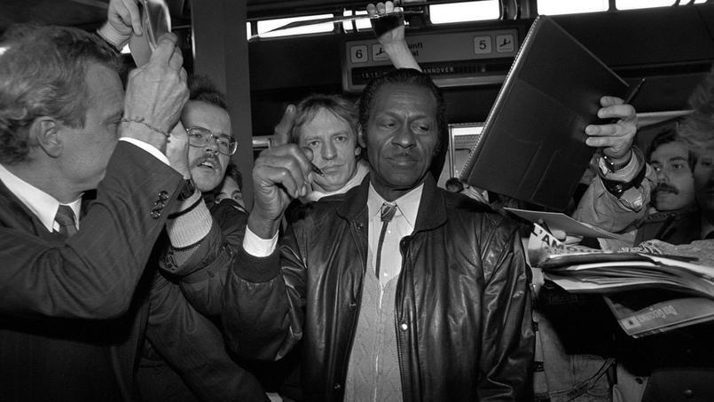 Chuck Berry signant des autographes. Des inédits de son album CHUCK devraient sortir dans la semaine.