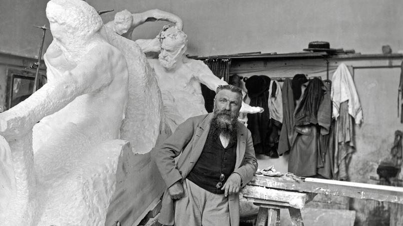 Auguste Rodin dans son atelier, devant ledeuxième projet du monument àVictor Hugo, 1898.