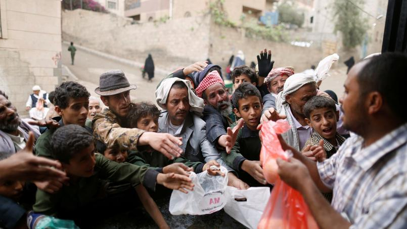 Distribution de rations de nourritures aux civils à Sanaa, la capitale du Yémen.