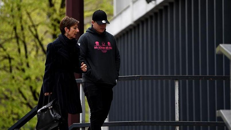 L'Irlandias Denis Coulson lors de son arrivée à l'hôtel de police de Grenoble.