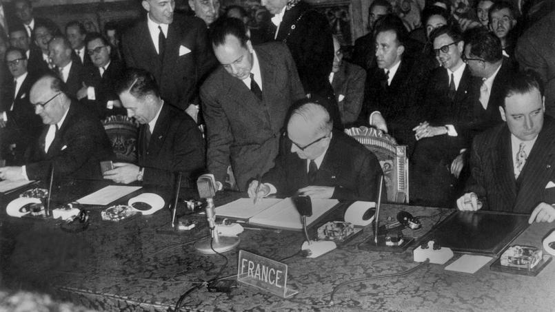 Les représentants des six pays signataires se retrouvent à Rome le 25 mars 1957 pour parapher les traités fondateurs de l'Euratom et de la CEE. Ici les ministres des affaires étrangères belge et français Paul Henri Spaak et Christian Pineau.