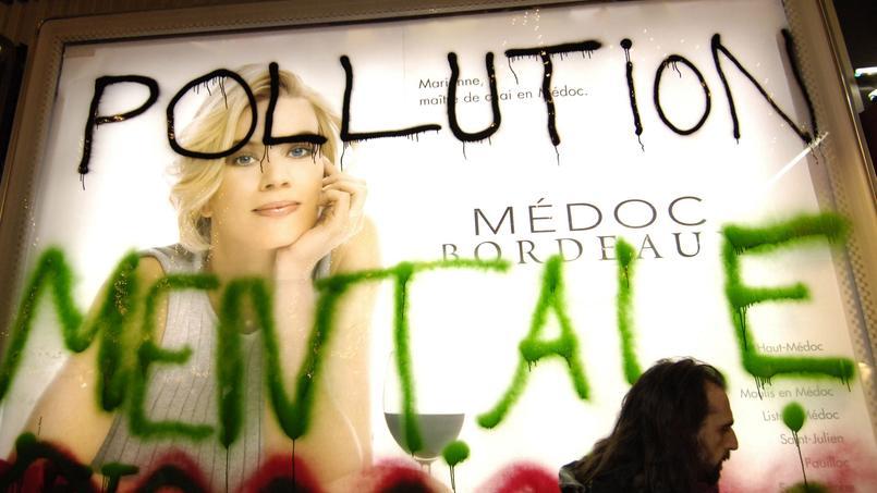 «Barbouillage» d'une affiche à Paris par le collectif «Les déboulonneurs».