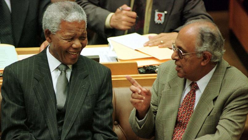 Ahmed Kathrada et Nelson Mandela, le 2 mars 1999 au Parlement sud-africain, au Cap.