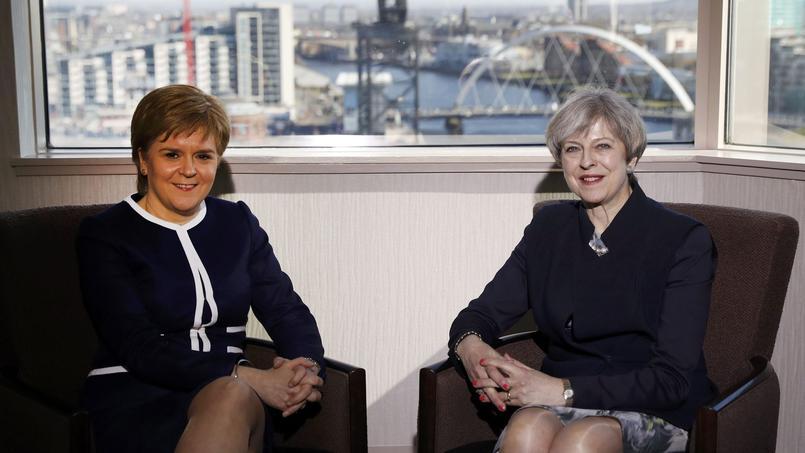 Le première ministre écossaise Nicola Sturgeon (à gauche) et la première ministre britannique Theresa May, le 27 mars à Glasgow en Écosse.