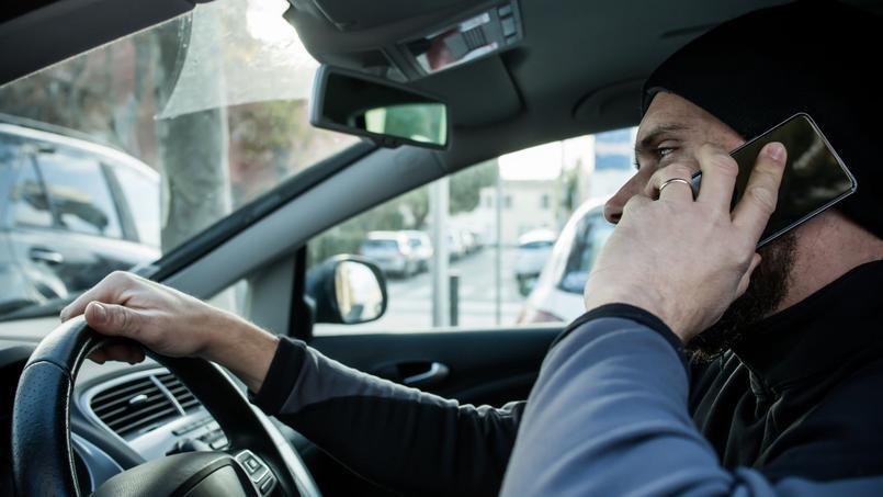 Pied sur la pédale, téléphone à la main: des automobilistes imprudents