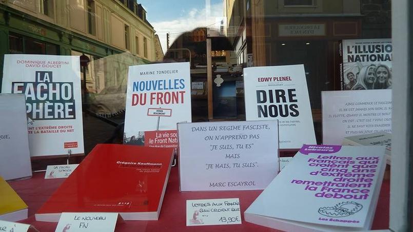 La librairie «Droguerie de Marine» basé à Saint-Servan, près de Saint-Malo composé une vitrine avec une série d'ouvrages «anti-FN».